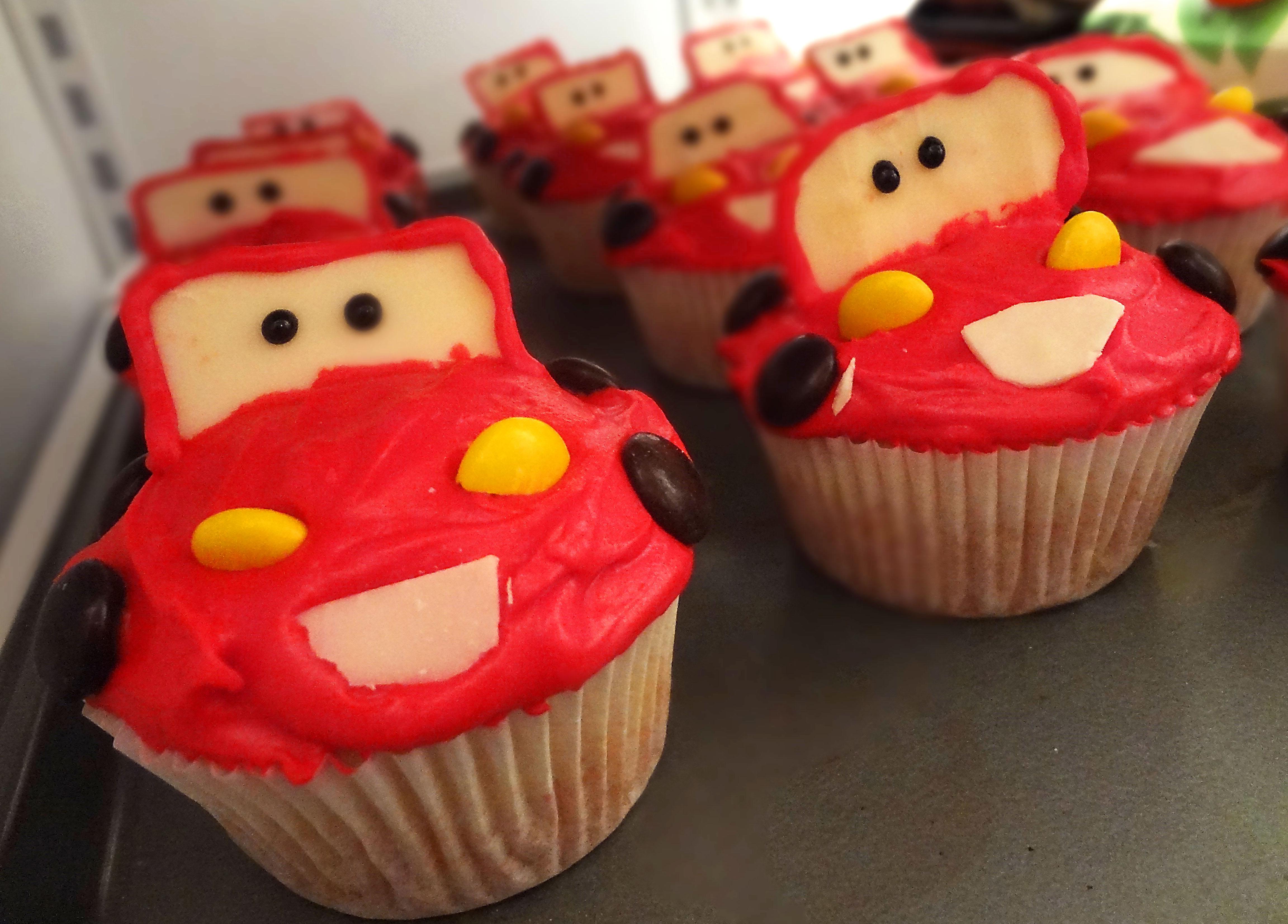 Cupcakes flash mcqueen harnois la carte - Image de flash mcqueen ...