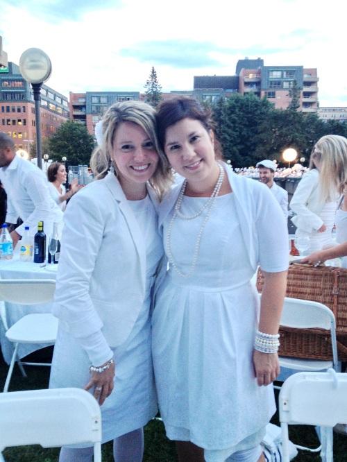 Lisa-Marie et moi costumées en blanc