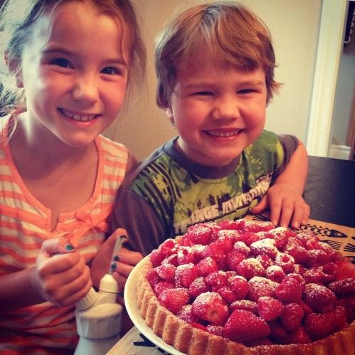enfants et gâteau aux fraises