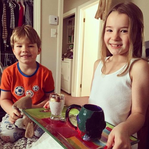 Mes adorables enfants qui me servent un pouding au chia comme déjeuner au lit!