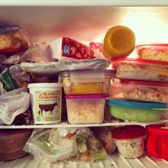 Mon congélateur au-dessus de mon frigo, trop rempli mais pratique