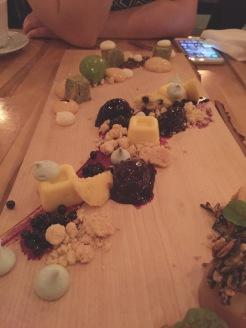 Au centre : verjus Charlevoyou de Maurice Dufour comme une tarte au citron, sorbet de sureau et avoine (dessert QcExquis). En haut : inspiration : herbes!