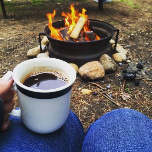 café sur le bord du feu
