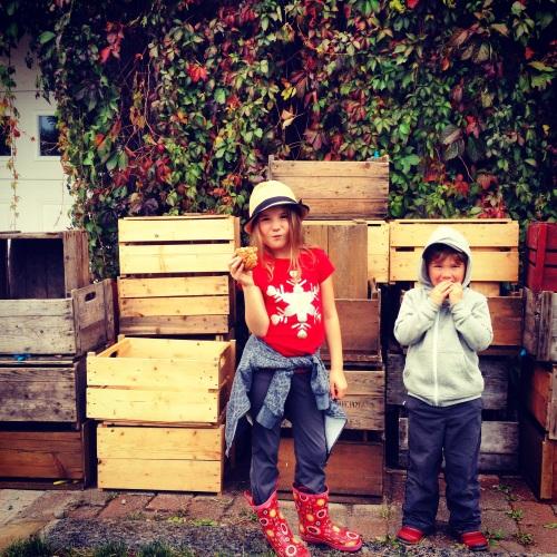Mes enfants aux pommes l'an passé. Et non, je ne leur avais pas demandé de poser… Visiblement, c'est leur naturel!